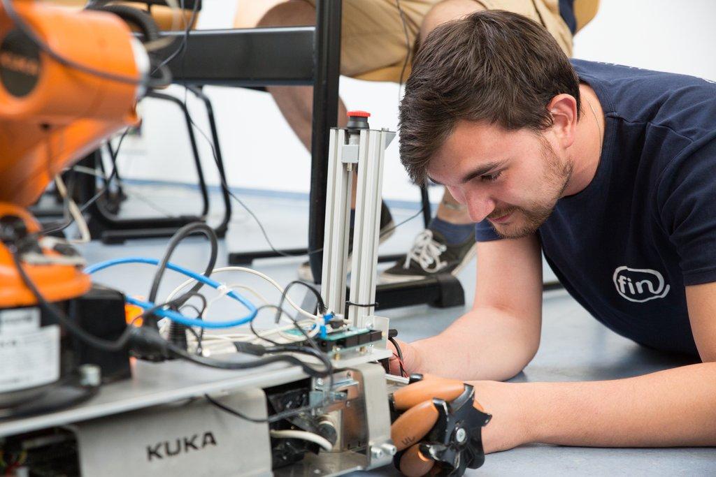 Philipp befestigt den Laserscanner