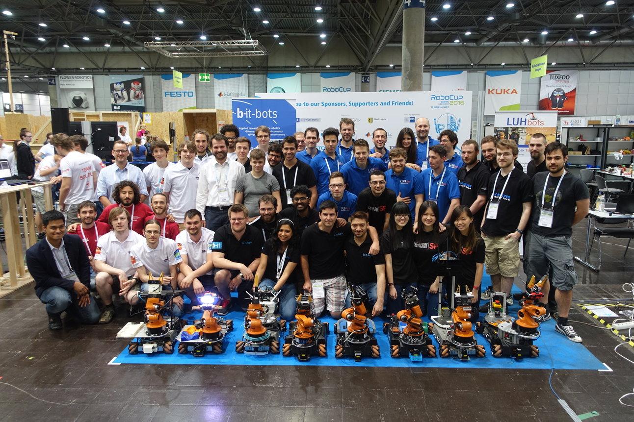 Gruppenfoto mit allen Teams